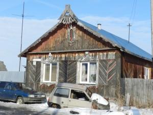 Дом с красивым фронтоном и обналичкой на окнах